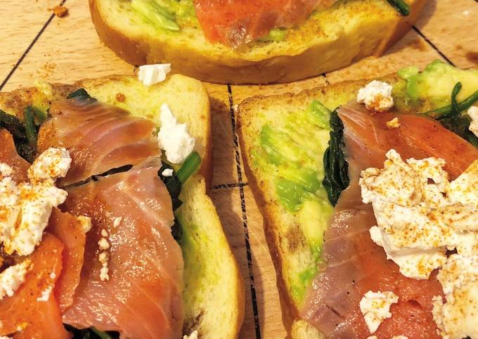Avo toast with spinach, feta and salmon