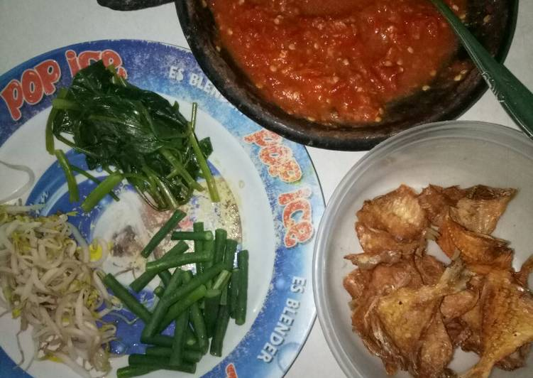 Lalapan sayur + sambel terasi jeruk limo + ikan asin goreng