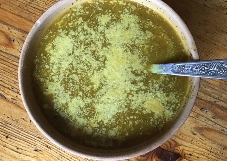 Soupe de tomates champignons céleri branche au curry et parmesan