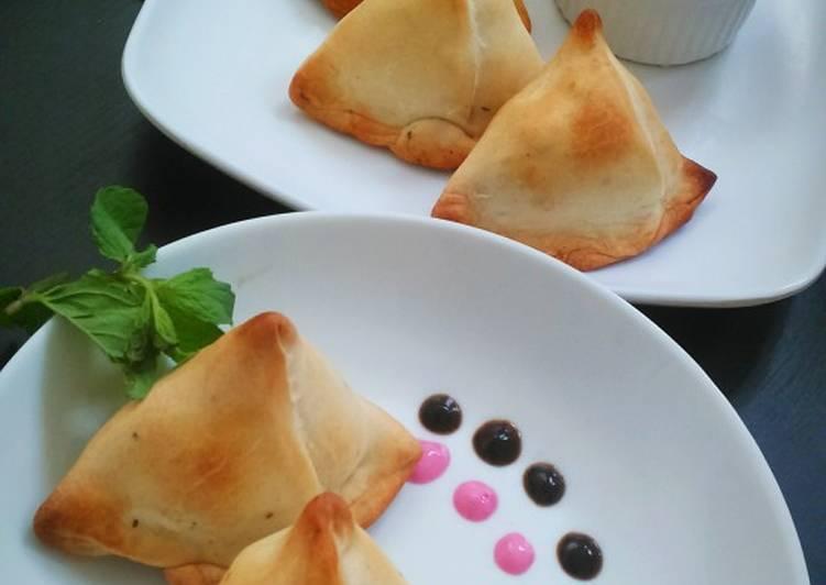 Baked Samosa with Beetroot yoghurt dip