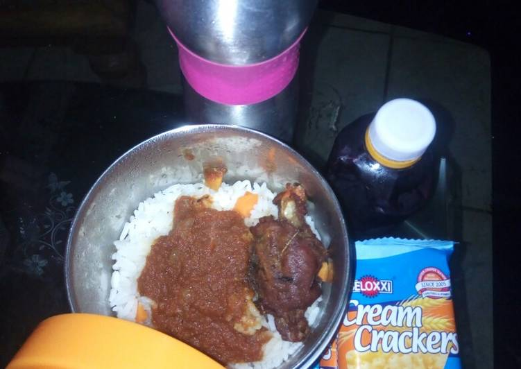 White rice and stew with fried chicken