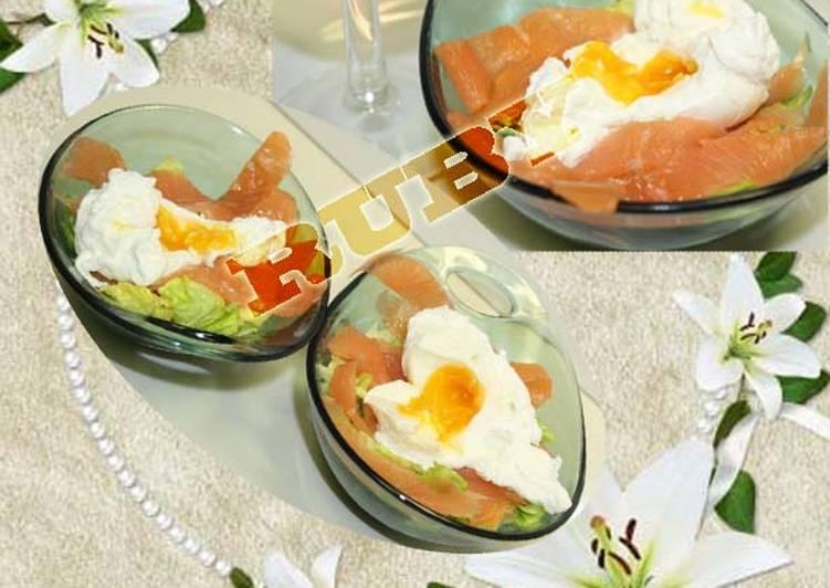 Saumon fume et oeuf poche sur salade