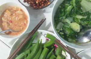 Ngày chay : đậu phộng rang muối, canh cải xoăn, đậu bắp luộc chấm chao