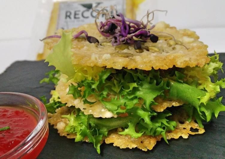 Milhoja crujiente de queso curado y pipas con tapenade y mermelada de pimiento