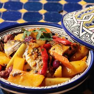 Tajine de pescado. Guiso marroquí de pescado con verduras