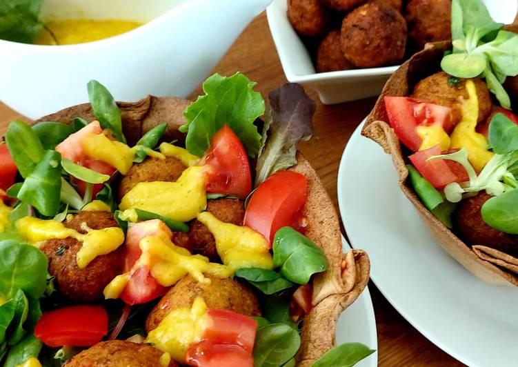 Falafel de lentejas con ensalada mixta y salsa de mango