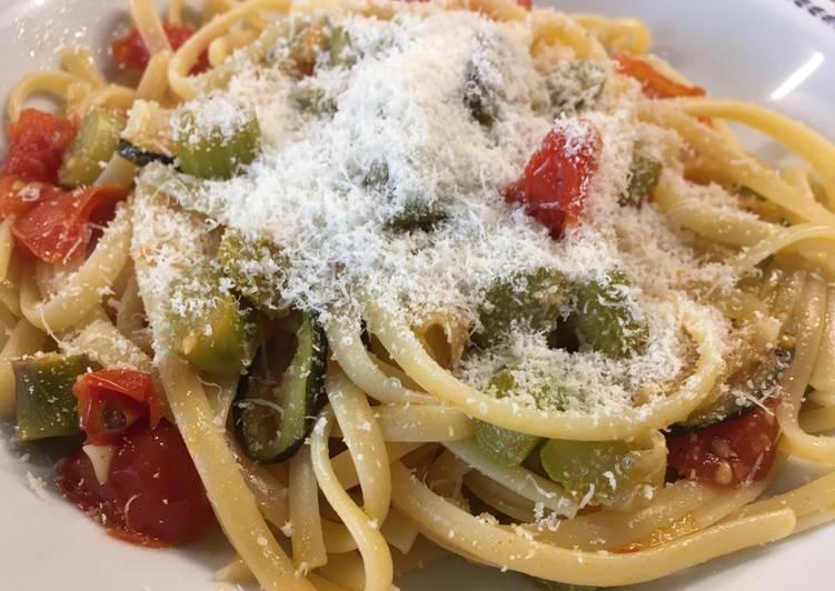 Lingune z sosem ze szparagów, cukini i pomidorów