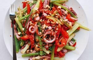 Mực xào cần tây ớt chuông topping lạc rang (eat clean)