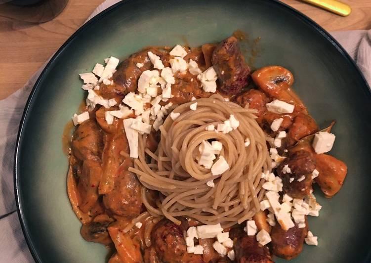 Pasta in Tomatenrahmsauce mit Bratwurst, Champignons und Paprika