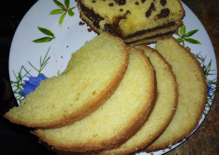 Vanilla cake with chocolate sauce*