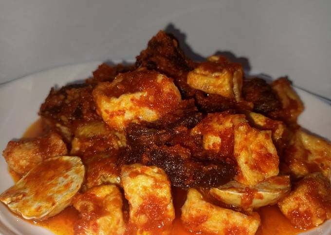 sambal balado daging sapi dengan tahu dan jengkol goreng - resepenakbgt.com