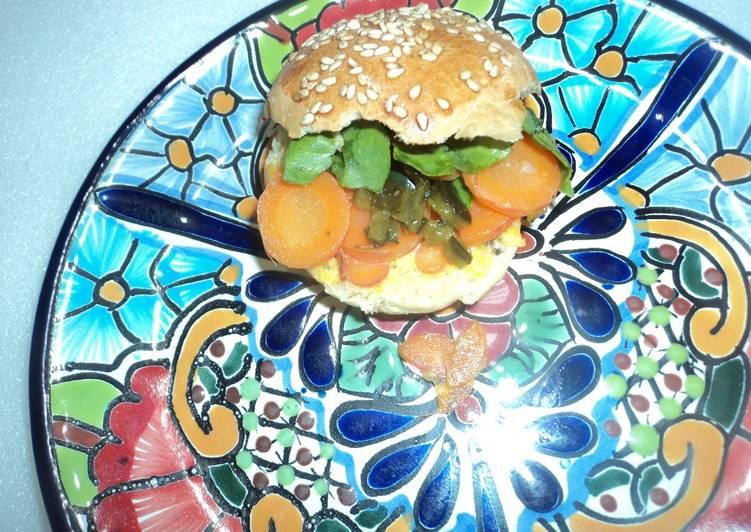 Hamburguesa vegana de zanahorias, pepinillos encurtidos picantes a la mexicana