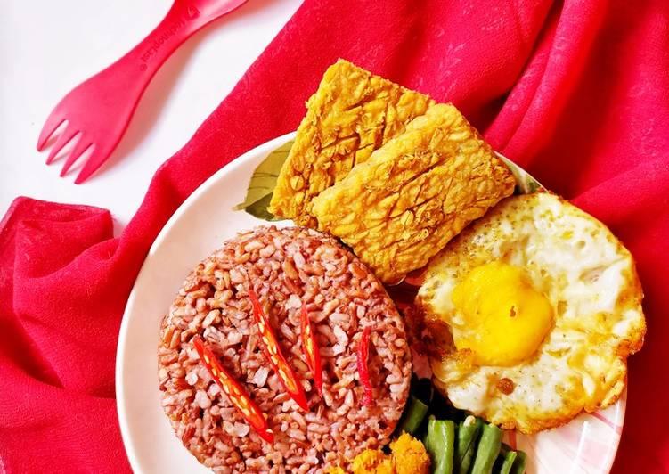 Nasi Merah Urap Sayuran Lauk Tempe Telur (156)