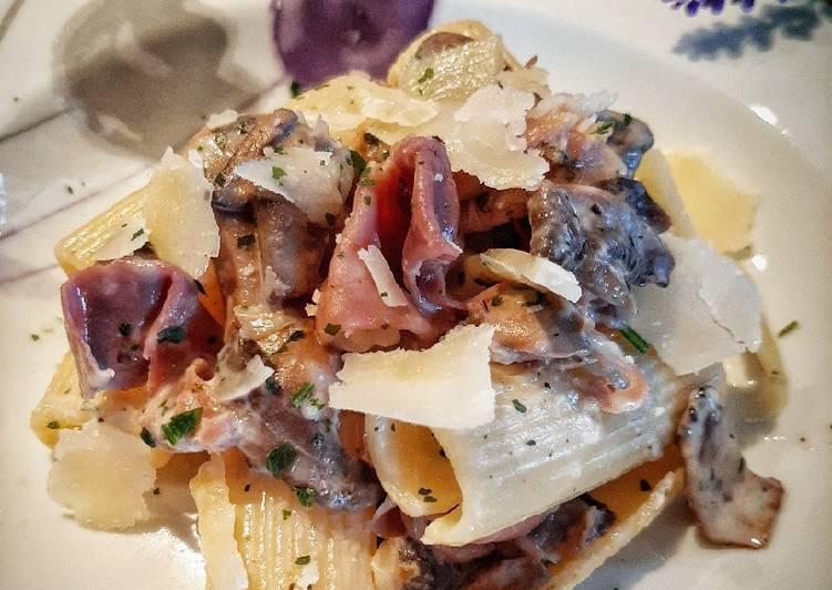 Rigatoni Crudo, champignon e Scaglie