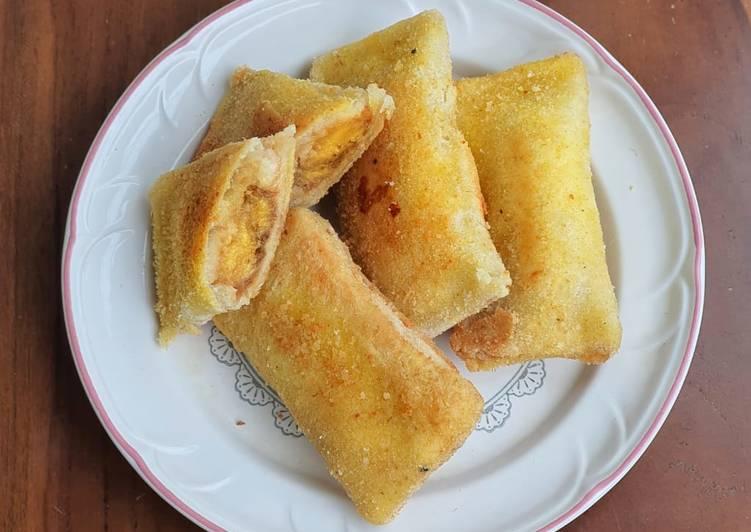 Lumpia roti goreng isi pisang selai kacang