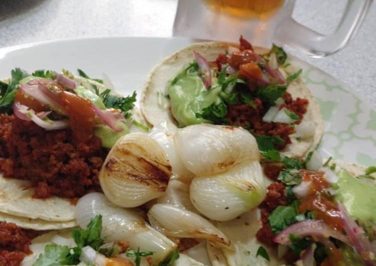 Tacos de chorizo estilo callejero
