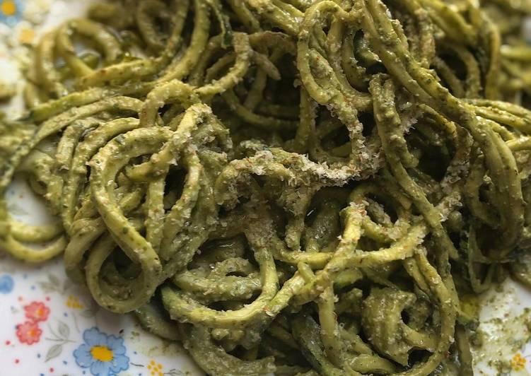 Ricetta Spaghetti di zucchine con pesto di basilico e mandorle