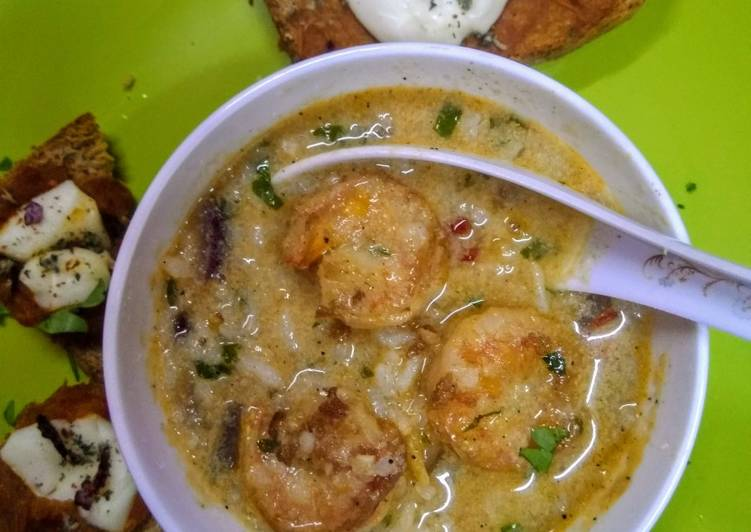 Scrumptious thai shrimps soup with red sauce bread