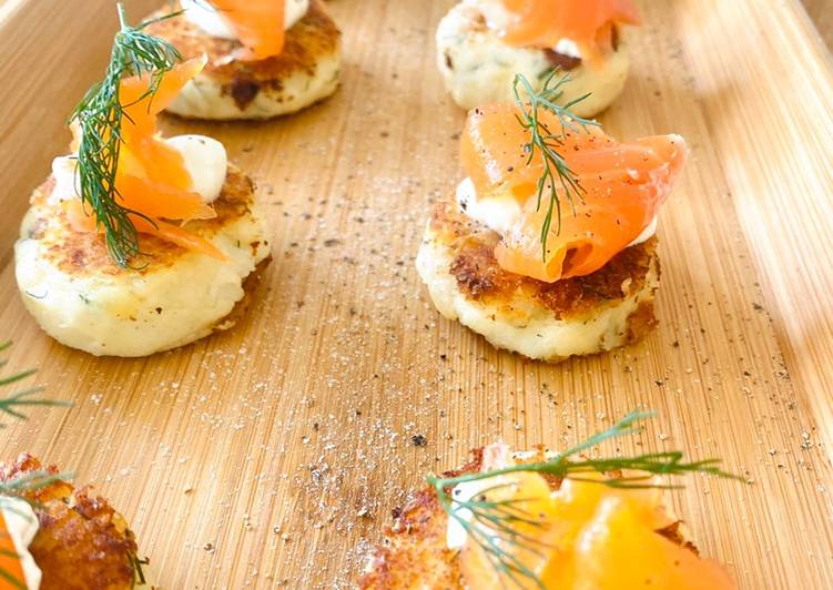 Potato cakes with dill and smoked salmon (canapé)