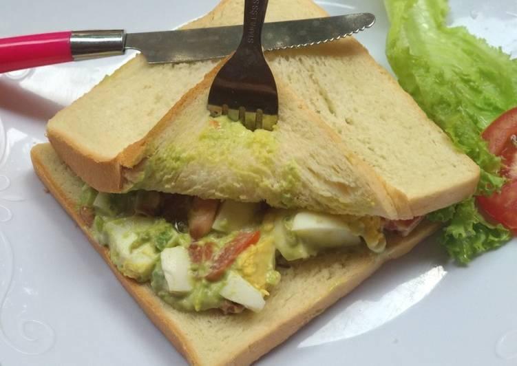 Sandwich avocado n egg salad