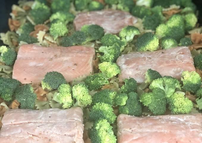 Saumon au four sur lit de pâtes et broccoli