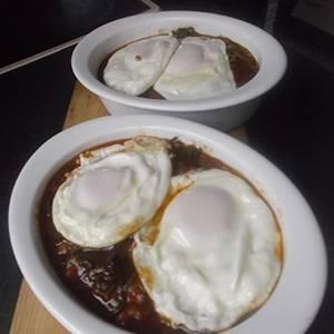 Huevos fritos con acelgas