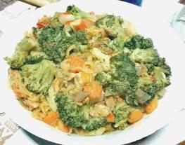 Menestra de coliflor, brócoli y zanahorias con espirales de lentjejas
