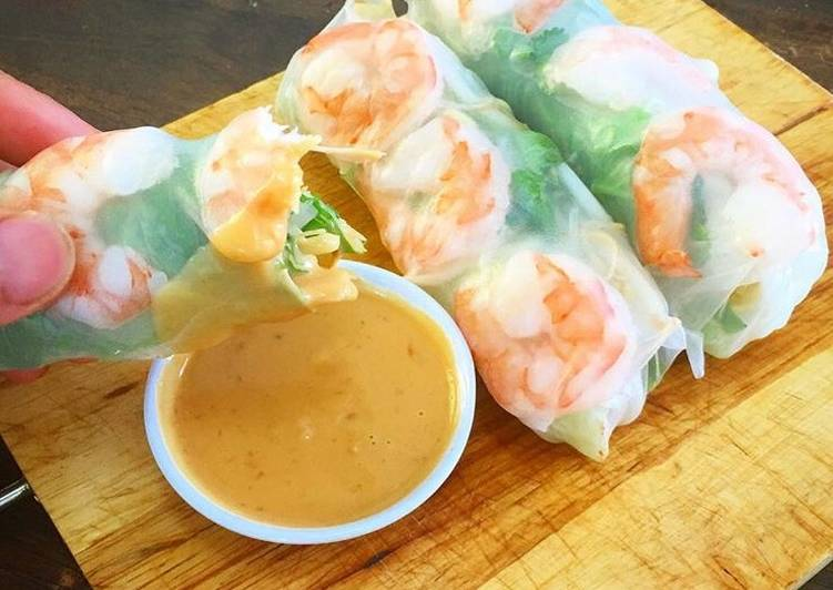 Prawn Vietnamese rice paper roll and peanut chilli dipping sauce