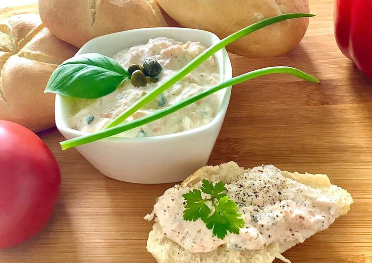 Pasta kanapkowa z wędzonego łososia, serka i kaparów główne zdjęcie przepisu