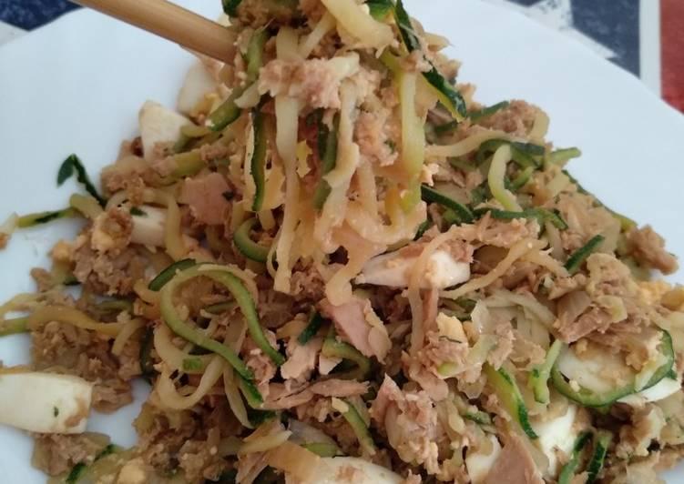 Espaguetis de calabacín con atún y huevo