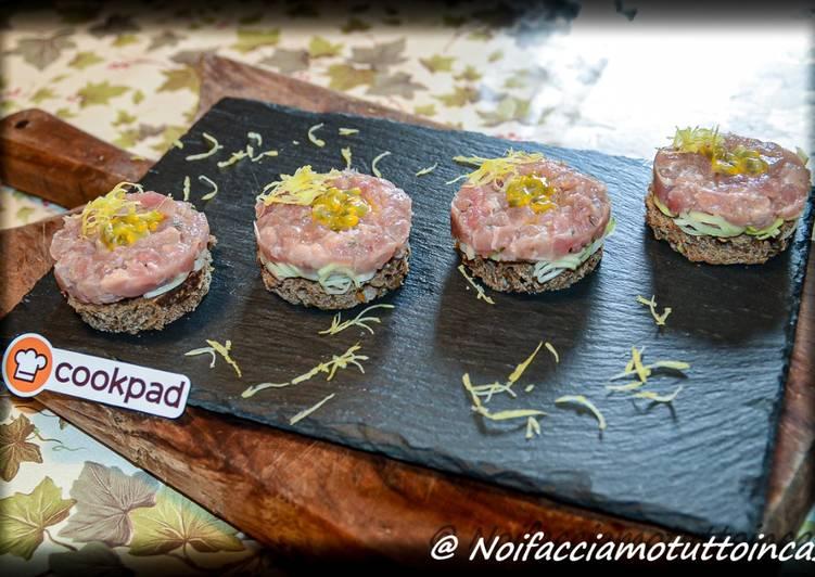 Finger Food -Torrette con tartare di tonno, porro e passion fruit su crostino di pane di segale