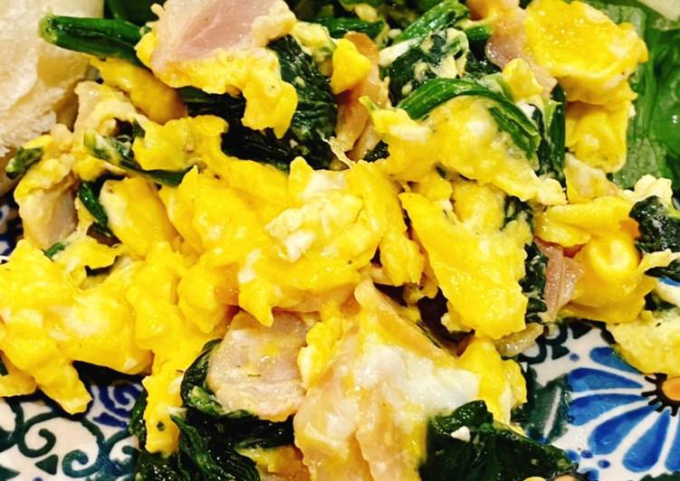 Scrambled eggs with bacon and spinach