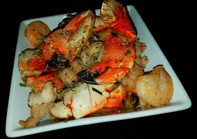 Mike's 10 Minute Garlic Crab Lobster & Shrimp Marisco