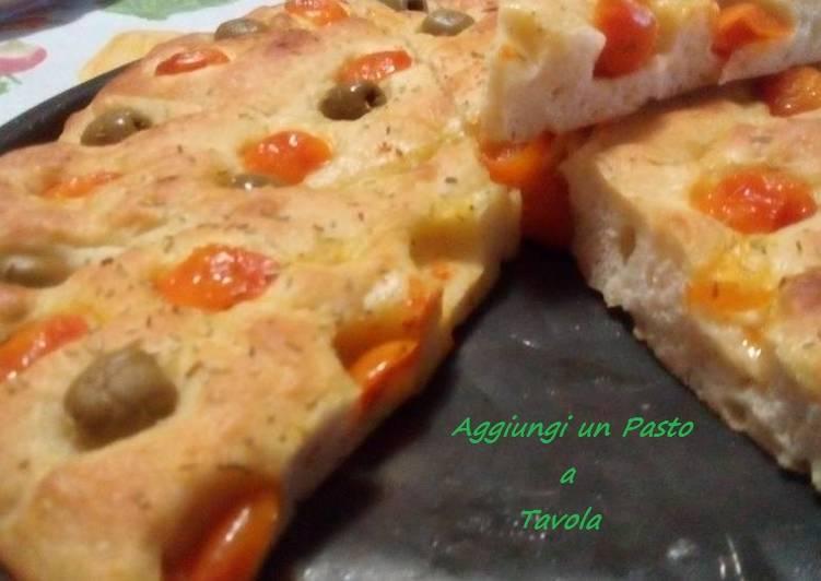 Focaccia con pomodorini e olive: ricetta veloce al forno