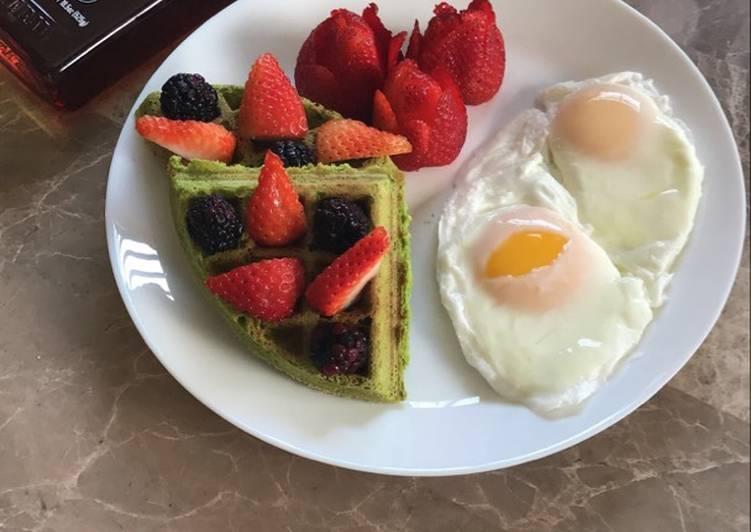Waffle de espinacas y huevos