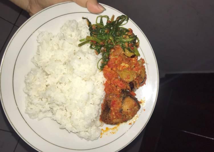 Ikan tongkol campur jengkol khas Padang