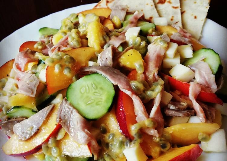 Insalata insolita con pesche noci, maracuja, mango, cetrioli e roast beef