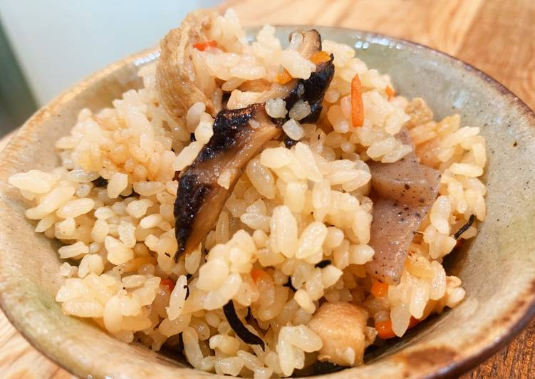 Rice seasoned with soy sauce and boiled with chicken and savory vegetables