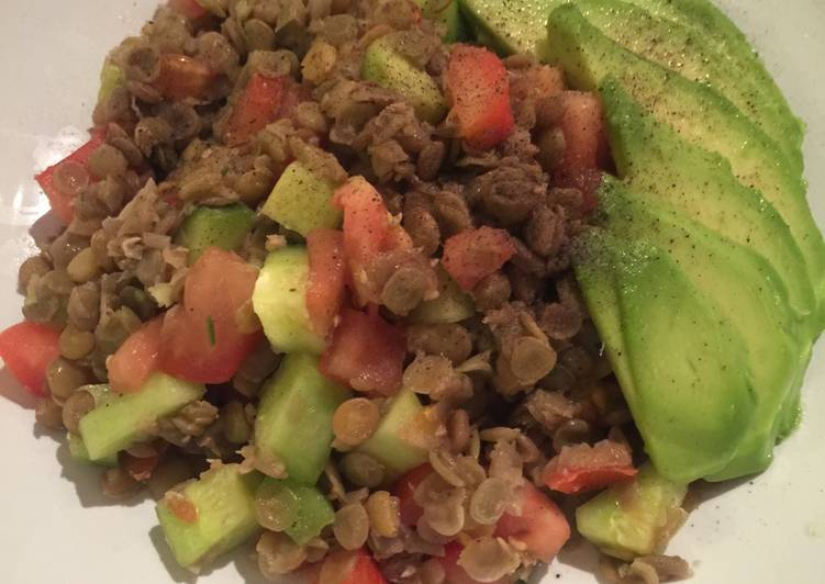 Lentil salad with tomatoes and avocado 😋😋