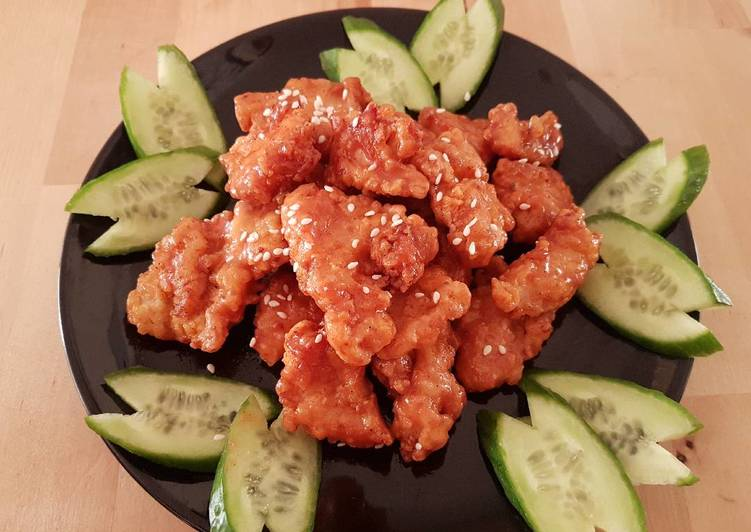 Breast chicken popcorn with a glaze of honey ranch sauce