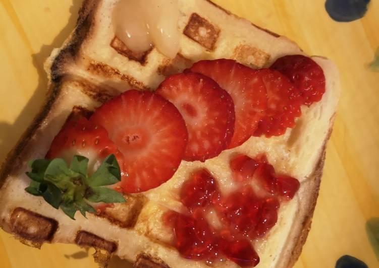Pain de mie perdu au gaufrier fraise, gelée et miel