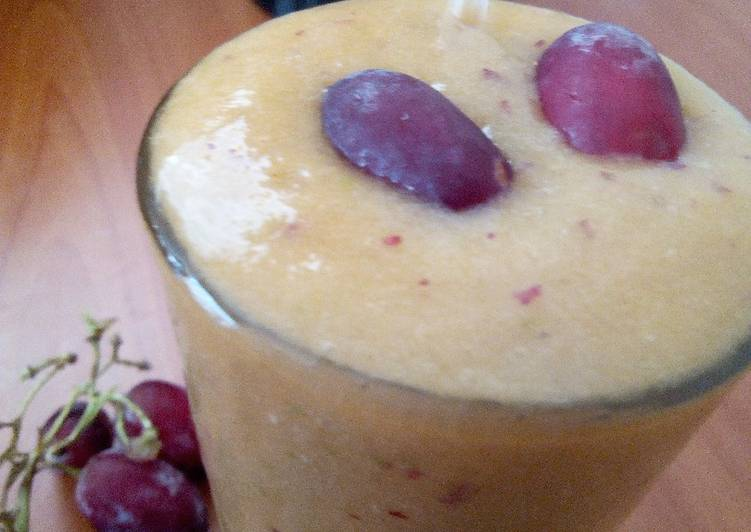 Mixed fruit smoothie with Honey