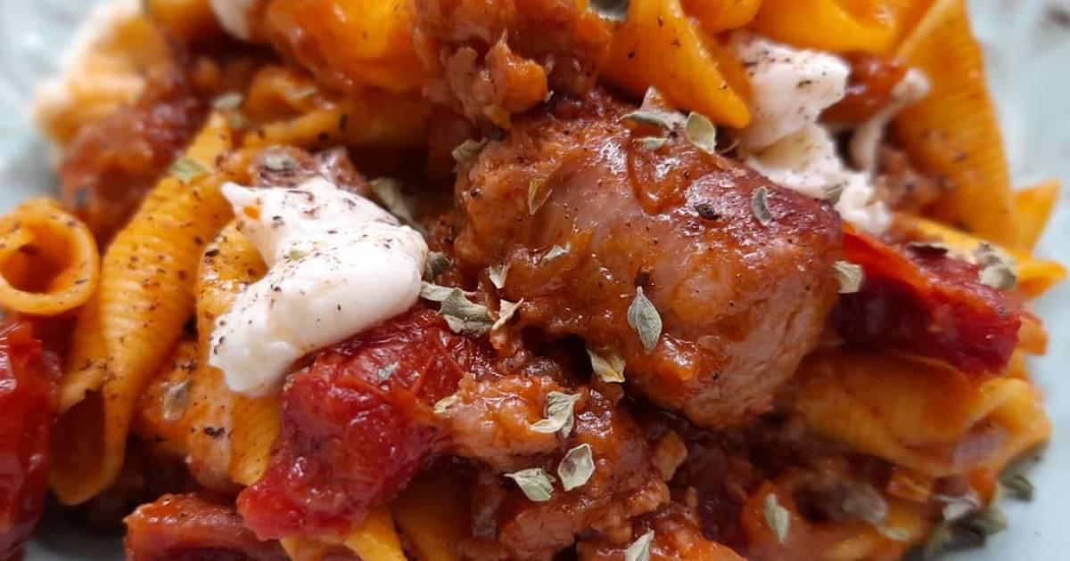 Garganelli picantes con butifarra, tomates secos y mozzarella