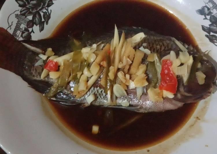 Cara Mudah Menyajikan Ikan Nila/Mujaer Tim Bawang Putih Sempurna