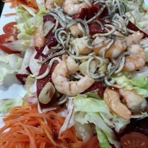 Ensalada templada de langostinos y gulas con Vinagreta picantona