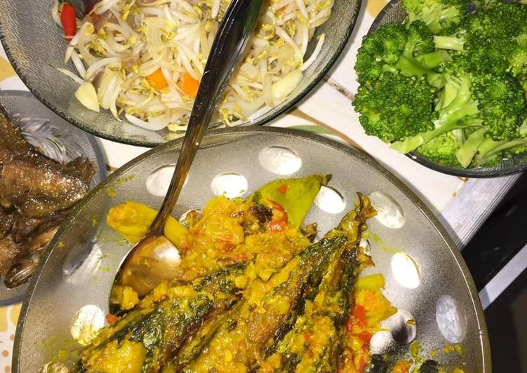 Pesmol bumbu kuning ikan kembung, tumis kangkung, dan brokoli kukus