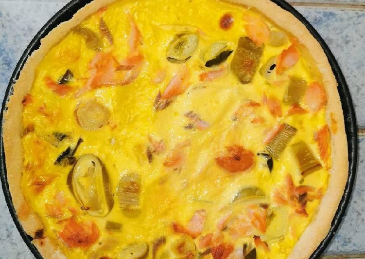 Le mélange délicieux de saumon frais/poireaux dans une tarte