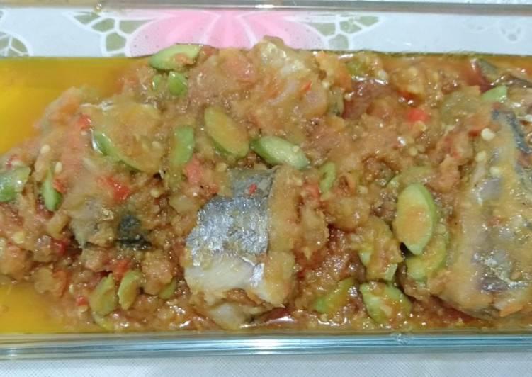 Ikan tenggiri sambel pete tomat