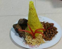 Nasi kuning magic com (nasi tumpeng)