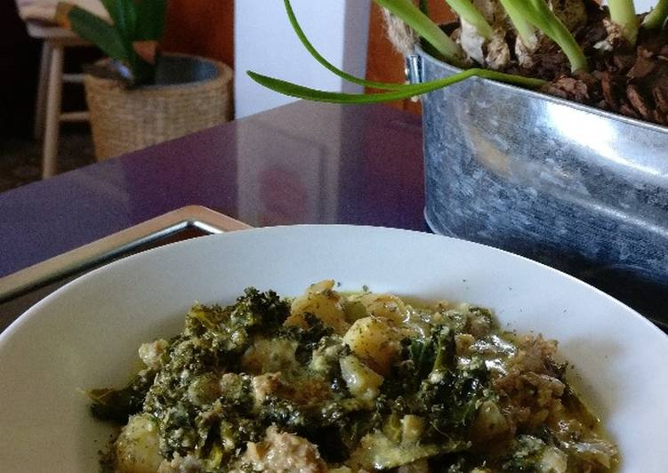 Cazuela de gnocchi, kale y salchicha